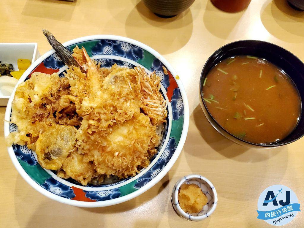 (東京淺草美食)天婦羅 葵丸進 豐盛的炸物種類蓋滿白飯 打開碗蓋迎面而來麻油香 視覺嗅覺味覺皆滿足 來淺草必吃的餐廳