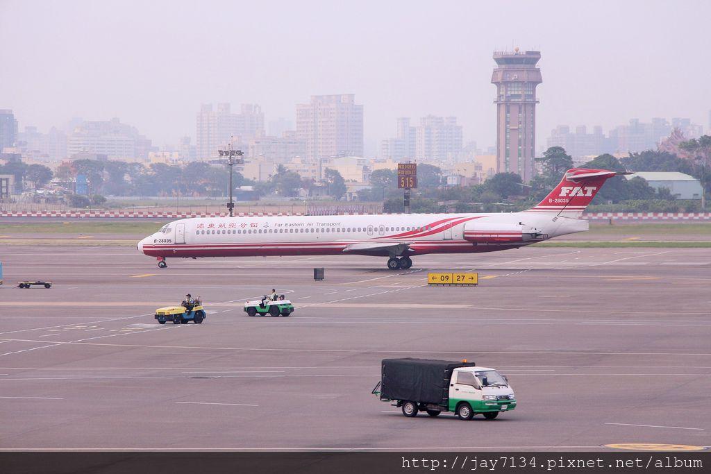 高雄國際機場 / 小港機場飛機觀景台 有冷氣、望遠鏡 周末殺時間的好地方