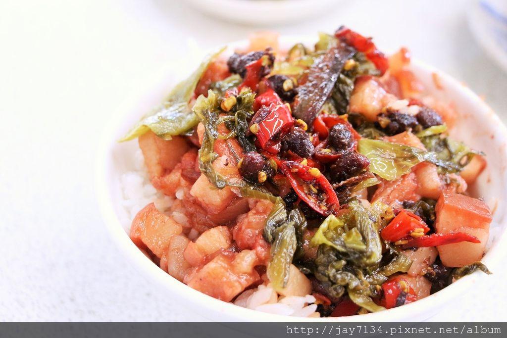 (台中美食小吃)東興市魯肉義 爌肉飯、魯肉飯 必加特調豆豉辣椒醬一起吃