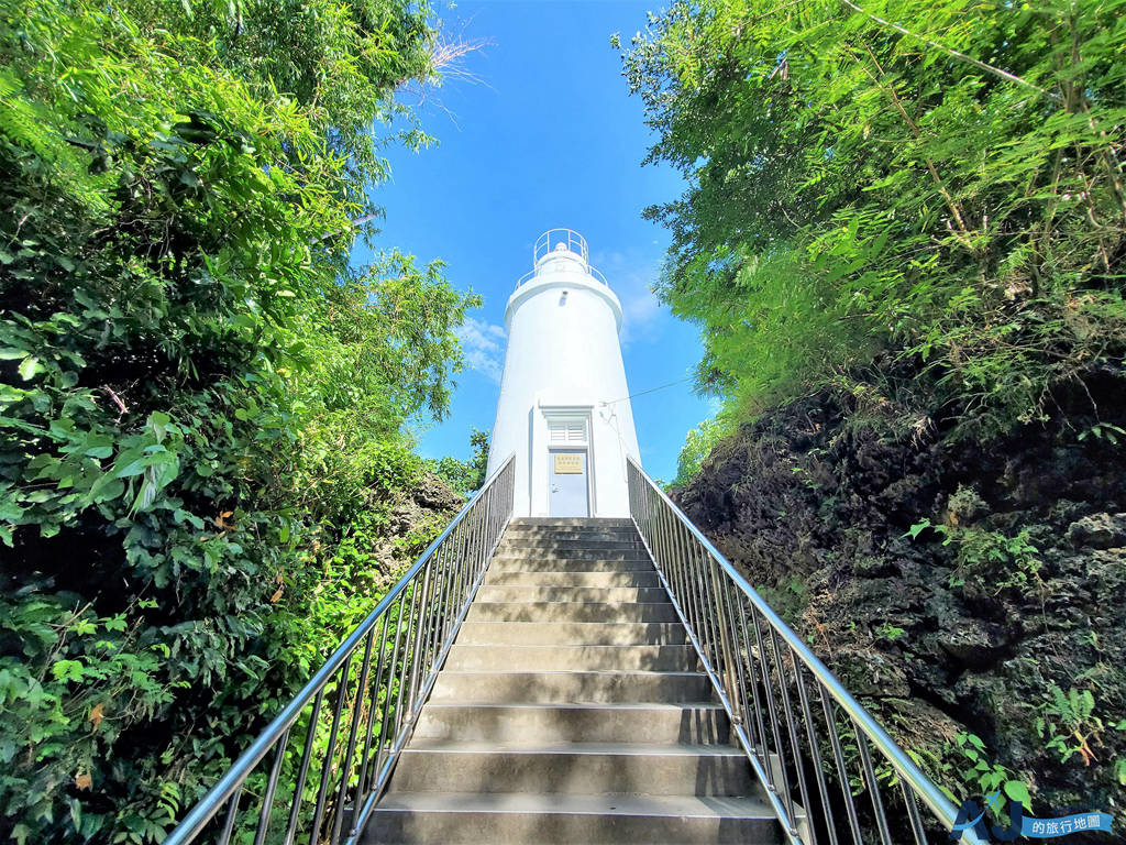 (小琉球景點)白燈塔與百年老榕樹 指引台灣海峽、巴士海峽船隻的明燈